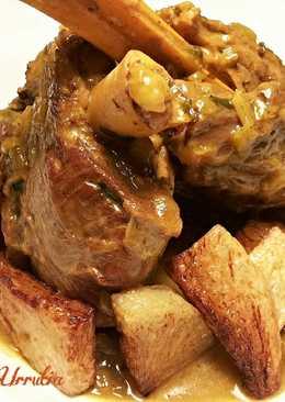 Codillo de paletilla de cordero, en salsa de ajos, perejil y mostaza