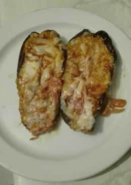 Berenjena rellenas picantes de jamón york beicon y atún en el microondas