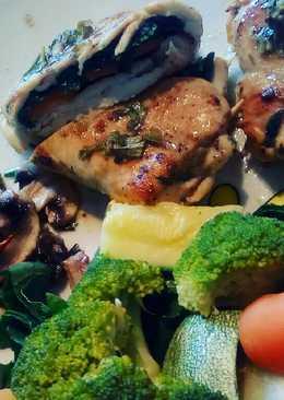 Pechugas de pollo rellenas con queso, espinacas y vegetales