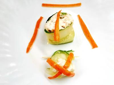 Rollos de pepino marinado relleno de ensaladilla rusa y surimi