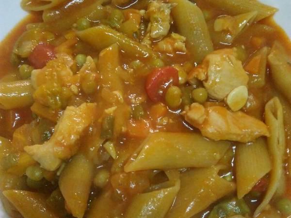 Guiso de mostacholes con pollo y verduras