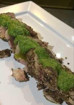 Atún encostrado en pimienta y granos de mostaza con Pesto