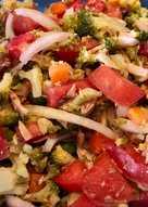 Ensalada de brócoli con atún y tomate
