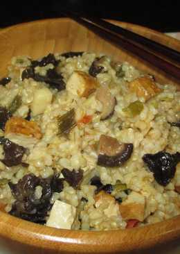 Arroz integral con tofu ahumado y setas trompeta de la muerte
