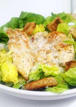 Ensalada César con pollo marinado