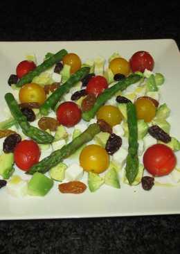 Ensalada fresca de verano con tomatitos cherry, queso de cabra y espárragos