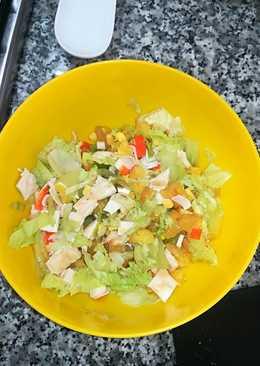 Ensalada saludable de pollo, piña y delicias de mar