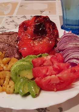Presa iberica con patatas al horno, pimiento asado y ensalada