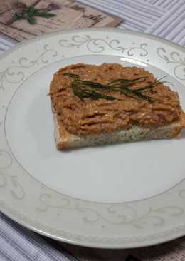 Pan con crema de sardinas en tomate