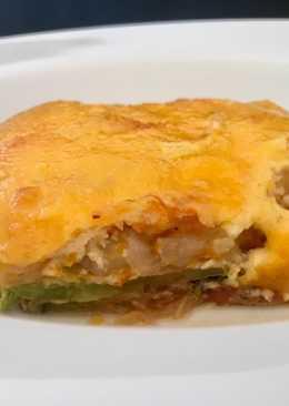 Pastel de verduras y bacon con puré de patatas y queso gratinado