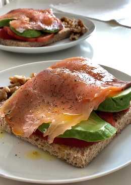 Desayuno salmón, aguacate y tomatemás rico... 😍