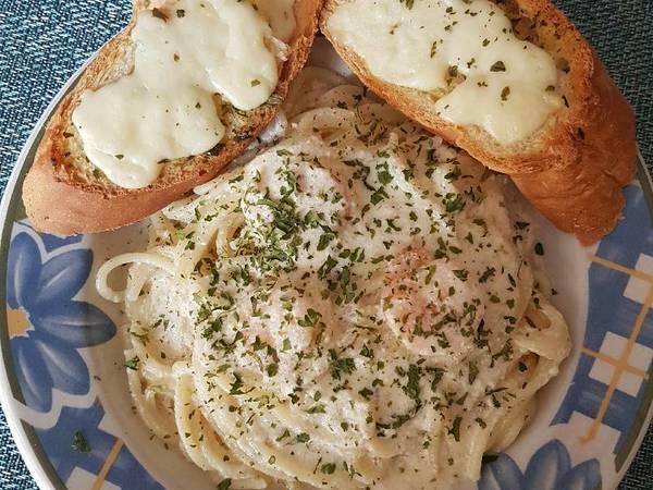Espagueti en salsa Alfredo con Camarones y pan de ajo con queso