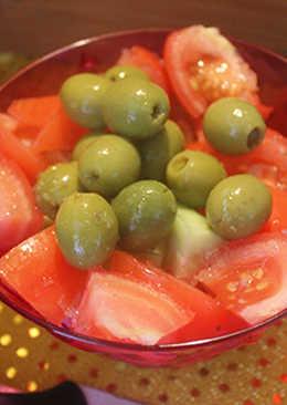 Ensalada simple de tomate, pepino y olivas