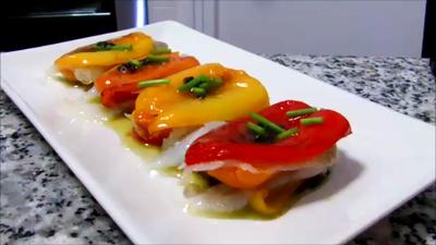 Milhojas de pimientos tricolor y bacalao con salsa de aceitunas negras