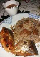 Pescado guisado en salsa con guarnición quinoa. Niños