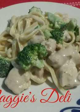 Fetuccini Alfredo con pollo y brócoli