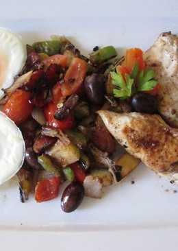 Pollo y verduritas a la sartén con huevos duros especiales