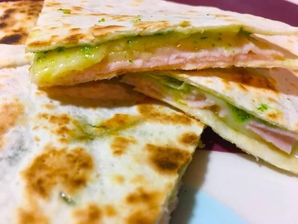Quesadillas de jamón york queso y pesto