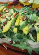 Ensalada de mango y aguacate con aliño picante