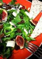 Ensalada de rúcula con mozzarella, uvas pasas y cebolla morada