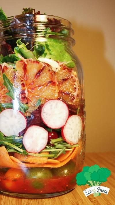 Ensalada verde con frutas y vinagreta de frutos del bosque