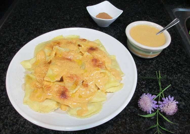 Raviolicuatros quesos con salsa de calabaza