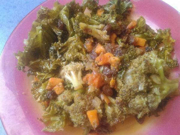 Brócoli con kale, batata, zanahoria y pasas