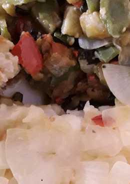 Bacalao encebollado con verduras a la parrilla