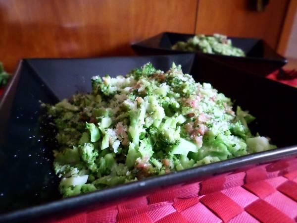 Brócoli con jamón y parmesano