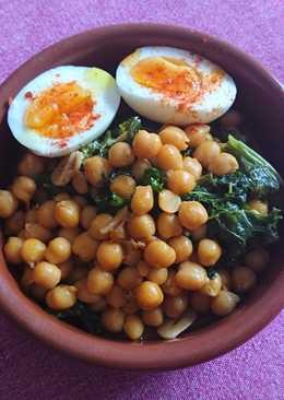 Kale con garbanzos y huevos duros