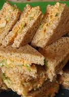 """Sándwiches """"de dedo"""" rellenos de mousse de merluza y palmitos"""