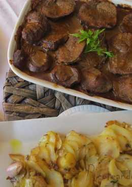 Añojo en salsa de pimientos con guarnición de patatas a lo pobre