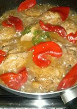 Guiso de pollo a las finas hierbas con pimientos del piquillo o morrones