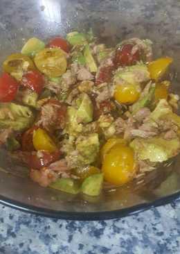 Ensalada de aguacate, cherry, pasas, nueces y atún