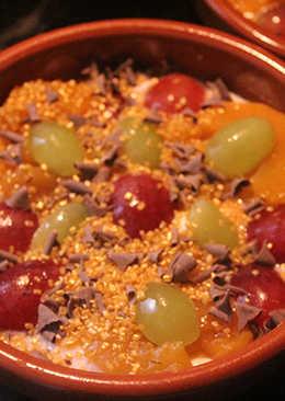 Melocotones con yogur, uvas y oro