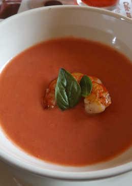 Sopa fría de tomate y fresas con langostinos