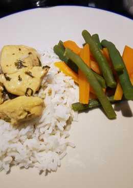 Pollo en salsa con arroz basmati y verduras al vapor