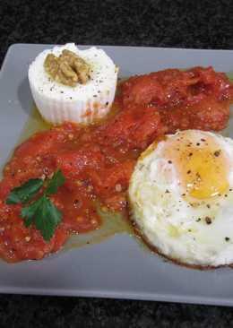 Huevo frito con queso 0% de grasa y tomates fritos