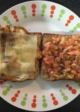 Tostadas de desayuno de tomate y aceite de oliva y de huevo con queso blanco