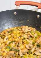 Jamón de cerdo con garbanzos y champiñones en wok