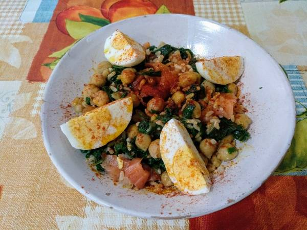Arroz integral con garbanzos, espinacas, salmón ahumado y huevo duro