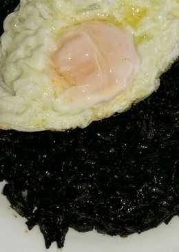 Arroz negro con huevo frito