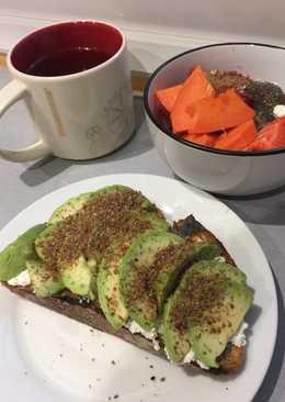 Tostada de aguacate y requesón Desayuno sano 1