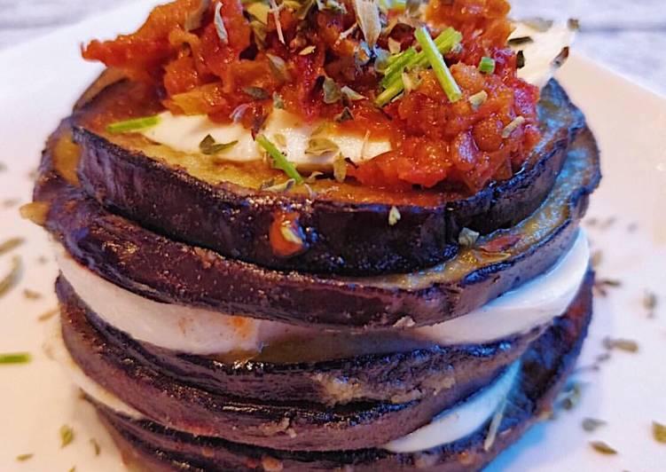 Torre de berenjenas y tomate seco