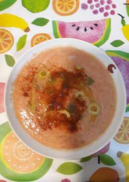 Sopa fría de tomates con mijo cocido y verduras crudas