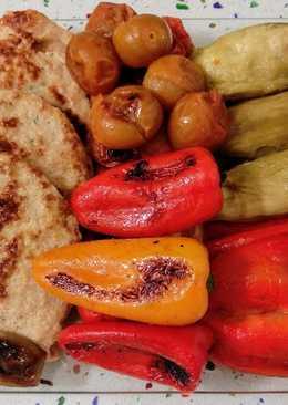 Mix de verduras al horno con hamburguesas vegetales y patatas fritas