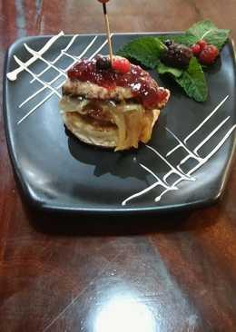 Solomillo sobre paté ibérico, cebolla caramelizada y salsa de frutos rojos