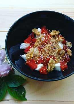 Desayuno o postre de mozzarella, membrillo y nueces