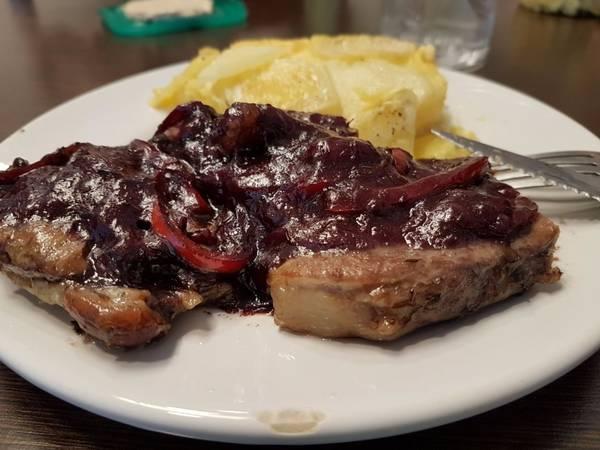 Bondiola de cerdo con salsa de vino tinto y milhojas