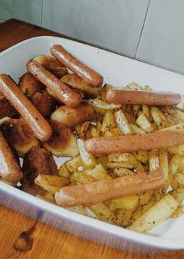 Patatas fritas, salchichas y croquetas
